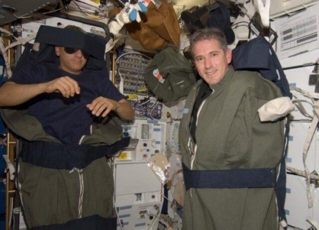 Как правило, космонавты спят стоя