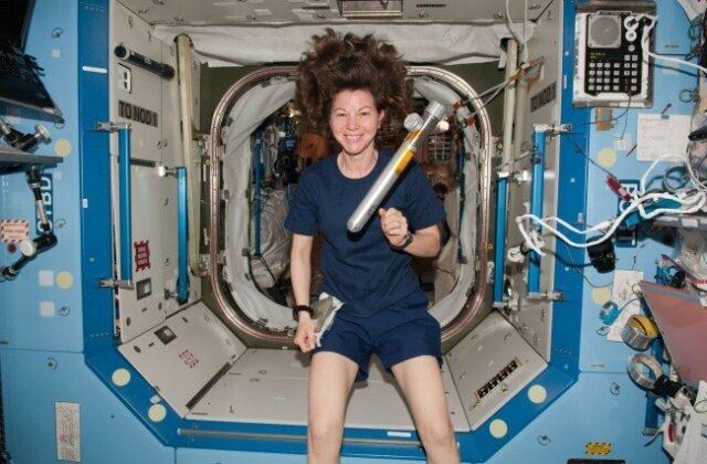 Сегодня космонавты практически все время проводят в своей обычной одежде