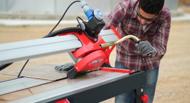 При довольно больших объемах работы принято использовать плиткорез электрический с водяным охлаждением