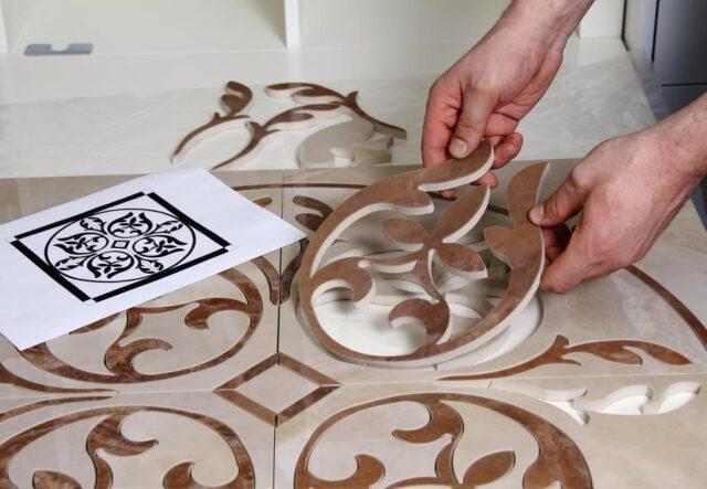 Работая с плиткой, выполненной из керамики, нужно понимать, что избежать ее резки не получится