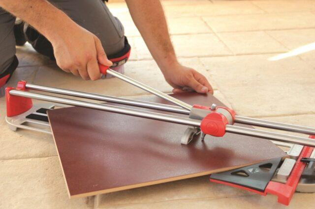 Резание плитки ручным плиткорезом