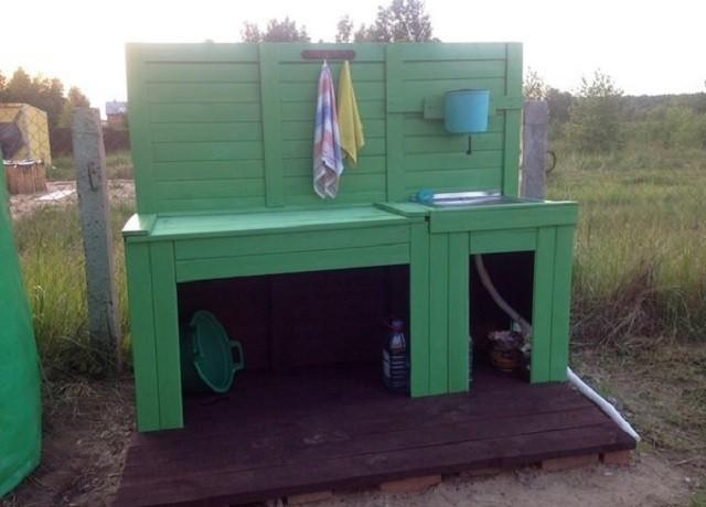 На фото еще один вариант тумбы, при изготовлении которой использовались деревянные доски
