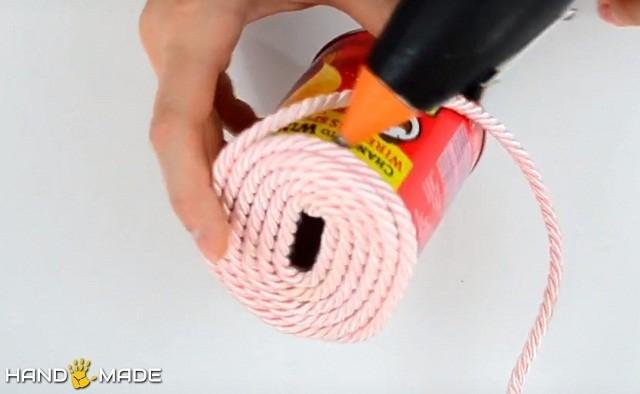 Далее шнур приклеивается к самой банке
