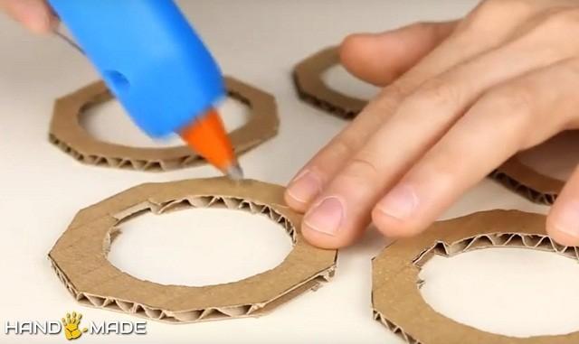 Нанесение клея на картонные кольца