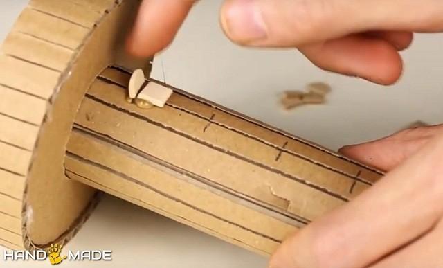 Рядом с полукруглыми отрезками клеятся узкие деревянные полоски