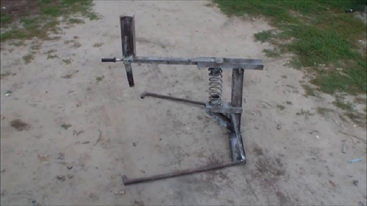 Для удобства на дровокол установлена рукоятка