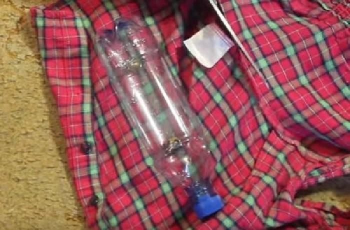 Пластиковую бутылку можно завернуть в кусок ткани