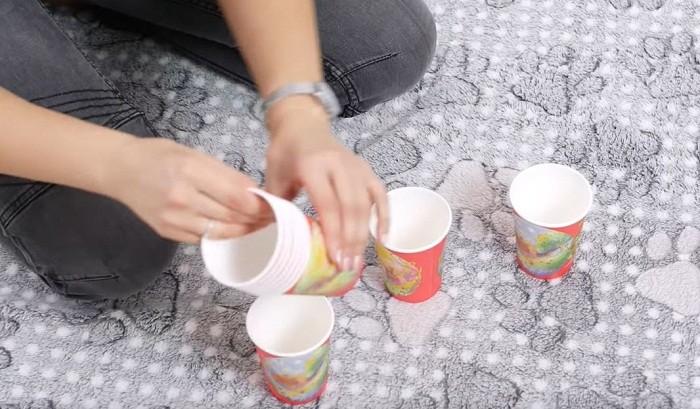В каждый стаканчик нужно положить немного лакомства